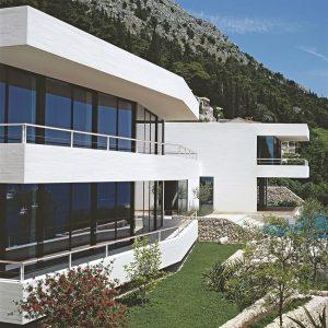 Pravá část rodinného domu je tvořená dvěma apartmány pro dospělé děti a jejich rodiny. V levém domě žijí celoročně rodiče.