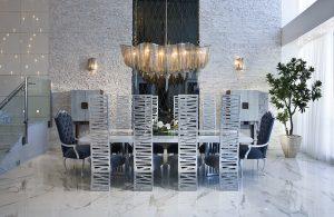 Ústředním prostorem apartmánu je jídelna a v jejím středu úžasný lustr Atlantis. Ten se odráží v 7,6 m vysokém zrcadle umístěném na stěně s kamennými obklady výrazných textur.