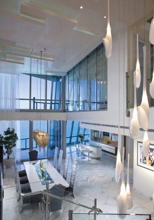 Srdce rezidenčního bytu tvoří jídelna, otevřená na výšku dvou podlaží. Nad jídelním stolem pro deset osob se vznáší lustr Atlantis, který pro značku Terzani navrhl Barlas Baylar.
