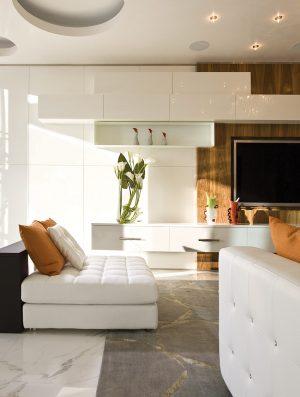Variabilní sedací nábytek B&B Italia vytváří ostrůvky pro odpočinek v obývacím pokoji, navazujícím na velkolepou jídelnu.