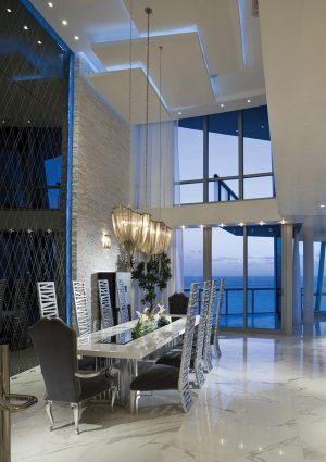 V jídelně je strop tvořený překrývajícími se efektně nasvícenými bílými deskami. Souběžně byly všechny stropy realizovány s podobně řešeným nepřímým osvětlením.