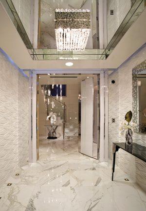 Množství skla vnáší do prostoru světelné odlesky a efekty zrcadlení, které jedinečným způsobem rozehrávají interiér řešený ve stylu All in White s jemnými doteky barev mořské pláže.