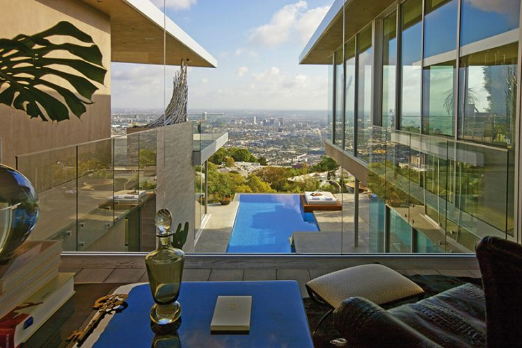 Dvě křídla rezidence, oddělená vodní plochou. Vlevo jsou ložnice, vpravo společenské místnosti a téměř na dosah Los Angeles.