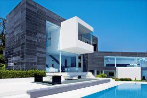 Dům vytvořený z moderních stavebních materiálů je postavený z přepjatého betonu a oceli. Zaujme bohatě prosklenými plochami. Vnější plášť je obložený černou břidlicí.