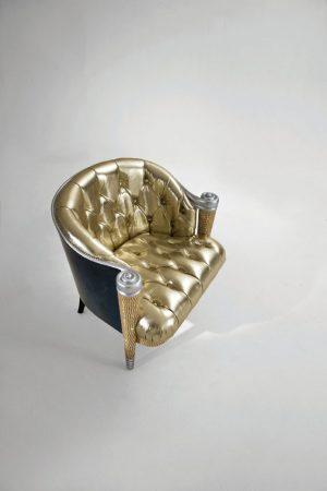 KRÁLOVSKOU VZNEŠENOST v sobě nese křeslo z návrhářské dílny Carla Rampazziho. Dřevěná konstrukce v grafitově šedém laku a stejně tak čalounění jemnou kůží lamé jsou zdobené Swarovského krystaly. COLOMBOSTILE,