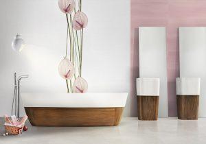 KOLEKCE OBKLADŮ DUOMO od předního španělského výrobce NOVOGRES podtrhne působení extravagantní vany a sloupových umyvadel. Rozměr obkladu 30 x 70 cm, lesklé provedení. Cena za bílý základ 950 Kč/m2 a dekor s květy 958 Kč/ks. DESIGN BATH, www.designbath.cz