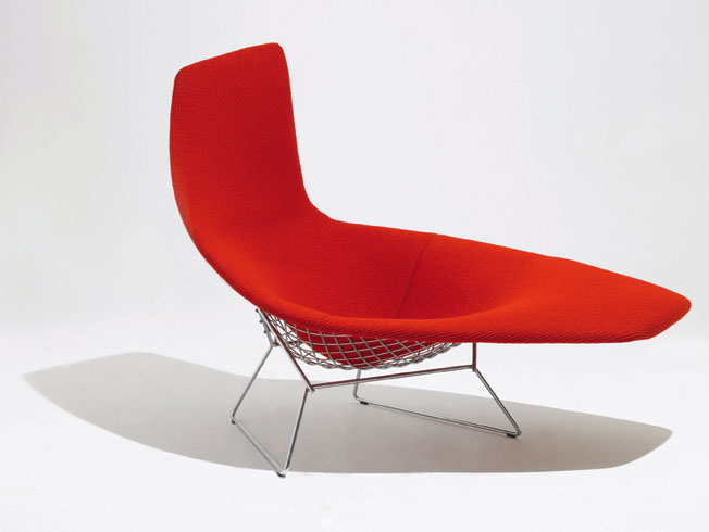 ELEGANTNÍ LENOŠKA je jednou z mnoha podob variabilní kolekce Diamond Chair (design Harry Bertoia 1952). Kovová konstrukce tvořící výplet z chromových prutů je měkce čalouněná. Cena podle typu od 21 700 Kč. KNOLL: DESIGN PROPAGANDA, www.designpropaganda.com