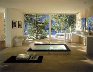 RELAXAČNÍ RÁJ nabízí prostorná koupelna se zapuštěnou vanou Jacuzzi Aura Uno, která obsahuje 5 klasických hydromasážních a 3 zádové rotační trysky, opěrku hlavy, osvětlení pod hladinou a vestavěnou vanovou baterii Aura. Luxus umocňuje kombinace přírodních materiálů, dřeva wengé a carrarského mramoru. Cena 239 000 Kč. EIM UNIVERS