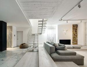 Na vyznění interiéru společenského přízemí se podílejí rovněž různorodé podlahové krytiny. Kromě velkoformátové dlažby od Rex Ceramiche s dekorem mramoru o rozměrech prvků 170 x 90 cm je to rovněž přírodní dřevo v podobě širokých prken.