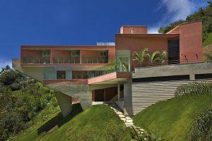 Terakotová barva fasády nebyla zvolena náhodně, ale z důvodu jednoduché údržby. Půda v okolí je totiž velmi železitá a má barvu červeného prachu. O údržbu fasády se tedy postarají časté větry a příroda sama.