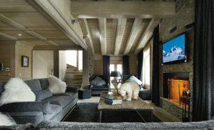 Rozlehlý obývací prostor je rozčleněn do několika sedacích zón. Pohodlná sedací souprava nabízí měkké spočinutí po namáhavém dni a příjemné tlumené světlo lampy se stínítkem ve stejném barevném tónu přispívá k uvolněné pohodě. Jídelní stůl v zadní části místnosti je doplněn židlemi ve stejném čalounění jako sedačka.