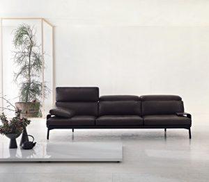 SEDAČKA Sled 2011 (Cassina) patří k designovým skvostům Rodolfa Dordoniho. Přes svůj křehký vzhled nabízí maximální pohodlí, k čemuž přispívají pohyblivé opěrky hlavy. Hliníková podnož v černé barvě umocňuje její subtilní vzhled. Cena v základní kvalitě kůže 275 028 Kč. EXX
