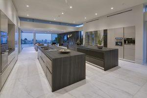 SieMatic, výrobce špičkových kuchyní, se soustředí na kvalitu materiálu a jeho zpracování, kombinaci funkčnosti a minimalistického designu. Hi-tech vybavení, žádné zbytečné prvky a detaily, čistotu stylu jistí výhradně vestavné spotřebiče a mramorová podlaha.