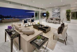 Multifunkční obytný prostor ve spodní části rezidence, zahrnující také obývací pokoj a jídelnu, navrhl designér Paul McClean jako široce otevřený na venkovní terasu. Nadčasovost interiéru vychází z použitých materiálů a elegantního klasického nábytku.