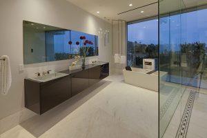Také vzhled všech šesti koupelen těží z efektu velkých skleněných ploch. Kromě fasád hraje tento transparentní materiál hlavní roli i jako součást rozměrného walk-in sprchového koutu.