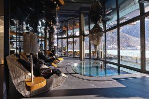 Málokdo by na první pohled řekl, že prostor bohatě dekorovaný impozantními ručně vyráběnými svítidly a lehátky zdobenými křišťály Murano patří do špičkově vybaveného wellness centra. Ani zóna s vnitřním jakuzzi se samozřejmě neobjede bez výhledu na horská panoramata.