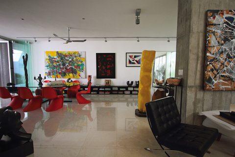 Křesílko Barcelona od Ludviga Miese van der Rohe svými ušlechtilými liniemi zapadá do sbírky uměleckých předmětů. Černé čalounění ladí s barevnou paletou interiéru