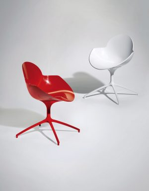 BÁJEČNÝM kusem nábytku je židle Cookie j, která uplatňuje výrazné barvy a organické tvary. Polykarbonátová vstřikovaná skořepina má chromovanou nebo lakovanou ocelovou podnož. INFINITI, www.infinitidesign.it