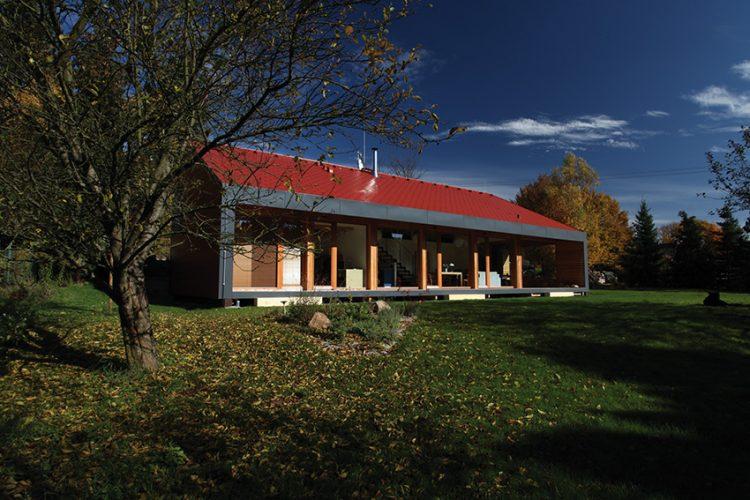 Moderní dřevostavba má střechu ve sklonu 27°. Prosklená fasáda otevírá objekt jižním směrem do zahrady. DOMESI
