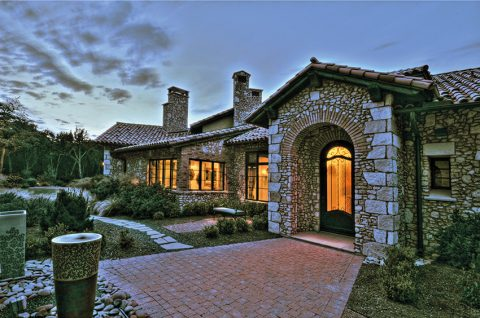 Hlavním materiálem použitým při stavbě domu je kámen, místy doplněný cihlami z červené pálené hlíny.
