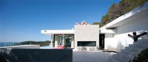 Promyšlený projekt rezidence Villa Can Koi na španělské Ibize je dokonalým příkladem převedení principů zdejší tradiční architektury do moderní soudobé tvorby, včetně bílé barvy a minimalistických linií.
