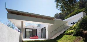 Jednotlivé části zahrady upravené ve středomořském stylu spojuje kvůli převýšení široké betonové schodiště. Slouží také jako meziúrovňová spojnice jednotlivých partií stavby, je i nezanedbatelným dekorativním prvkem.