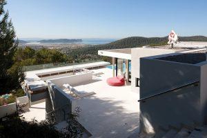 Architekt situoval rezidenci na svažitém pozemku v nadmořské výšce 159 metrů tak, aby se její obyvatelé mohli kochat výhledem na Středozemní moře i na staré město Ibiza. Za pohled stojí i Playa d´en Bossa, Salinas, Cap dés Falcó a Formentera.