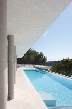 Zajímavým architektonickým prvkem jsou poměrně mohutné betonové sloupy podepírající vrchní partii objektu. Svým oblým tvarem zjemňují jinak strohé linie celé stavby.