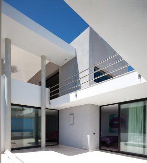 Soustava kvádrů a kulatých sloupů, jež tvoří promyšlenou kompozici stavby, je základem kouzelné hry světla a stínu. Výsledkem je působivá barevná paleta odstínů bílé a šedé kontrastující s modří oblohy.