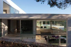 Každý z pokojů je vybaven samostatným balkonem nebo terasou. Místo klasického zábradlí jsou použity desky průhledného tvrzeného skla, ve spodní části zakotvené do podlahy nerezovými úchyty.