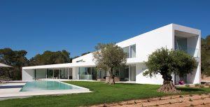 Rozlehlý bazén, který je zasazen do centra venkovní terasy, je vybaven nejmodernější technologií. Staré vzrostlé stromy – pomerančovníky a olivovníky – byly na přání majitelů odborně ošetřeny a ponechány na svém místě jako zajímavé dominanty prostoru.