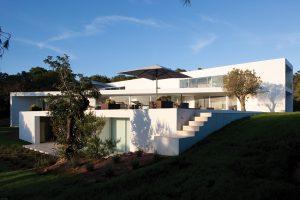 Dům je částečně zapuštěn do terénu. Díky tomu zde vzniklo několik podlaží, která při pohledu ze strany zjemňují strohost minimalistické stavby.