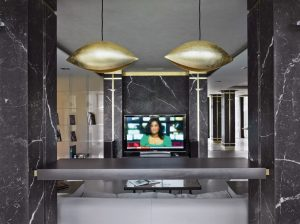 """V návrhu hraje důležitou roli osvětlení. Ať už technické (značka Martini), nebo dekorativní (na obrázku jsou svítidla od Catellani & Smith) bylo navrženo s důrazem na praktičnost. """"Smart home"""" systém umožňuje nejen ovládat světla, ale také nastavit program tak, aby bylo možné okamžitě vypnout osvětlení v celém domě"""