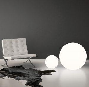 MODERNÍ DESIGN svítidel Oh!Floor od Linea Light pochází z dílny návrháře Manuela Remeggia. Materiál 100 % recyklovatelný polyetylen bílé barvy. Cena prvku o průměru 55 cm je 6 141 Kč, průměr 115 cm stojí 33 511 Kč. FANEXIM, www.fanexim.cz