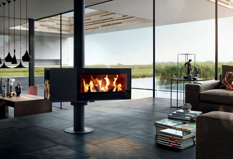 SKANTHERM TURN, otočná designová krbová kamna na dřevo s možností aretace, jsou k dispozici také v zrcadlově otočené variantě. Design Schweiger & Viererbl, materiál černě lakovaná ocel. Cena od 121 387 Kč. FIRE4HOME