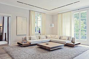 Moderní design představuje na míru vyrobená sedací souprava a konferenční stolek z exotického dřeva. Koberec s vysokým vlasem je položen na podlaze z masivního dubového dřeva.