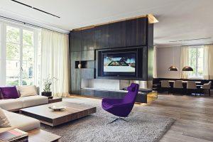 Jako designový artefakt působí křeslo od Jeffreyho Bernetta (BB Italia). Jeho výrazná barevnost se odráží v dekorativních polštářích.
