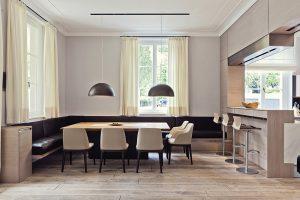 Jídelna pro 8 osob je řešená v pískových tónech, kombinovaných s tmavě hnědou barvou kůží čalouněné lavice. Stůl s masivní deskou obklopují židle Grace od  Emmanuela Galliny ( Poliform).