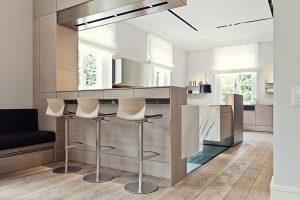 Jídelnu s kuchyní spojuje podlaha z masivních dubových prken. Její prostor rozděluje bar, který doplňují barové židličky Kai od designéra Shina Azumiho (La Palma).