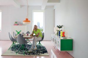 DOTEKY ZELENÉ rozehrávají novinkovou kolekci Karima Rashida pro dánskou značku BoConcept. Příborník v kombinaci bílý lak – chrom, se zelenými boky, stojí 43 140 Kč. Rozkládací stůl s topem v dubové dýze s chromovanou podnoží pak 40 790 Kč. Židle Ottawa jako vzpomínka na designérova studia v Kanadě je k dispozici v provedení látka nebo kůže v ceně od 11 390 Kč. RIMEX, www.rimexol.cz