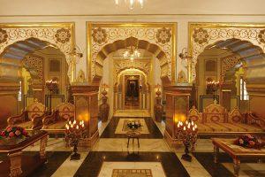 Atmosféru výjimečnosti obytných prostor podtrhují bohaté zlacení a složité ornamenty na stěnách i nábytku. Motivy a barvy vycházejí ze symboliky odrážející představy o náboženství i světě.