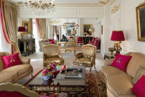 Jeden ze tří salonů, jež jsou součástí Královského apartmá, je laděn do působivé zlato-červené. Ty vypadá na bílém pozadí stěn skvěle, navíc obecně představují nejmocnější a nejpříznivější kombinaci. Tyto dvě barvy totiž dohromady podporují úspěch a harmonii.