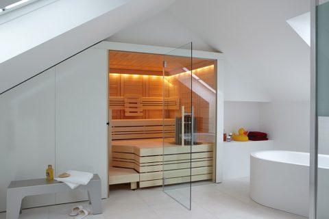 PROSTORNÁ A STYLOVÁ vestavěná finská sauna Cupreme poskytuje teplotní zóny podle preference uživatelů. Osikový interiér zajistí nejjemnější klima bez teplotních změn. Cena od 189 000 Kč. HELO SAUNA, www.helo-sauna.cz