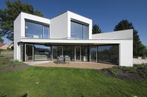 REPREZENTATIVNÍ VZHLED dávají rezidenci velkoformátová hliníková okna EXCLUSIV HL 72 s izolačním trojsklem od společnosti OKNA.EU. Německý hliníkový profilový systém Heroal W72.HI, neomezená barevná škála včetně dekorů dřeva. Cena od 5 000 Kč/m². STUDIO ARCHITEKTURA, Ing. arch. DAVID KRAUS, www.archi.cz