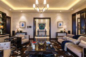 Hlavní obytný prostor, podtržený symetricky umístěnými komodami a obrazy na stěnách, evokuje řešení interiéru jachet. Atmosféru umocňuje nábytek z leštěného dubu  ve stylu art deco.