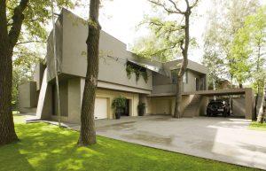 Pohled na vstupní část domu naznačuje jeho charakter – moderní současná stavba, která v plné míře respektuje okolí. Patrné jsou prvky funkcionalismu, ovšem oživené soudobými detaily v podobě šikmých ploch.