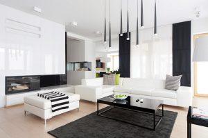 Designéři ze Studia architektury Widawscy zařídili interiér v duchu vkusné jednoduchosti. Rozhodli se uplatnit kontrast černé a bílé, zjemněný přírodními odstíny dubu.