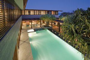 Centrum komfortní rezidence tvoří atrium s bazénem určeným i pro náročné plavce. Jednu stranu lemuje kolonáda z exotického dřeva, která stíní molo a zároveň tvoří jeden z přístupů do vily. Vzrostlé palmy vnášejí do relaxačního prostoru dotek exotiky.