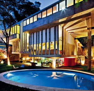 Charakteristickým znakem moderního brazilského sídla v Butantã je schopnost upozornit nejen na vynikající kvalitu původního projektu, skrývající se v použití betonu, kterou podtrhují nové stavební materiály a technologie