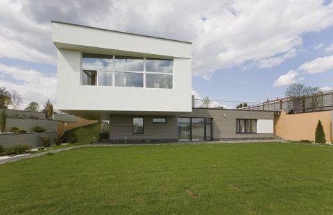 Horní patro je navrženo jako konzola přesahující přes soukromé části. Šířka převisu na obou stranách přesahuje 3,5 metru.